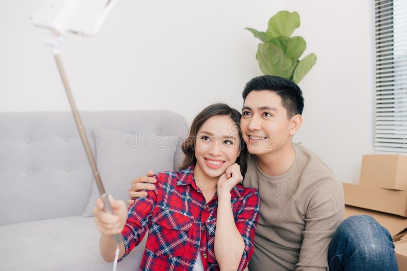 Молодые любящие пары двигая к новому дому Концепция дома и семьи стоковое фото