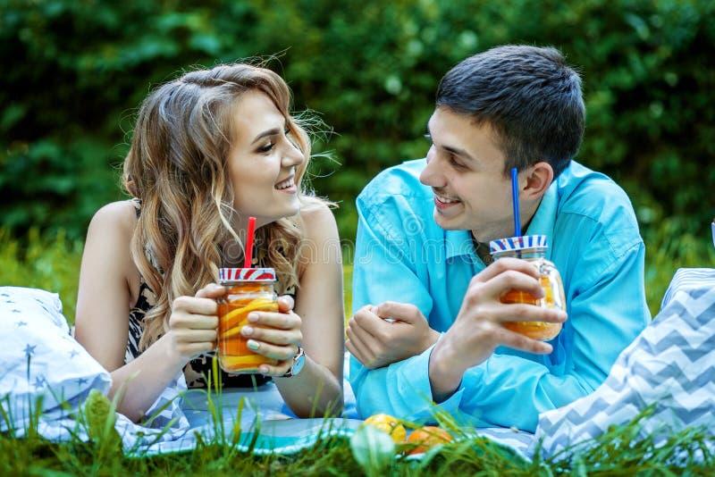 Молодые любящие пары Концепция здоровая еда, образ жизни стоковые изображения rf