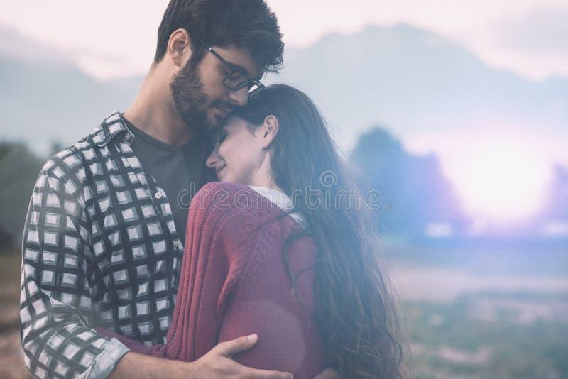 Молодые любящие пары обнимая outdoors стоковое изображение rf