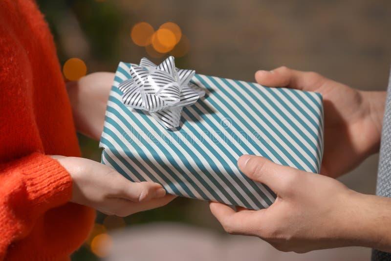 Молодые любящие пары с подарочной коробкой дома, крупный план стоковые фотографии rf
