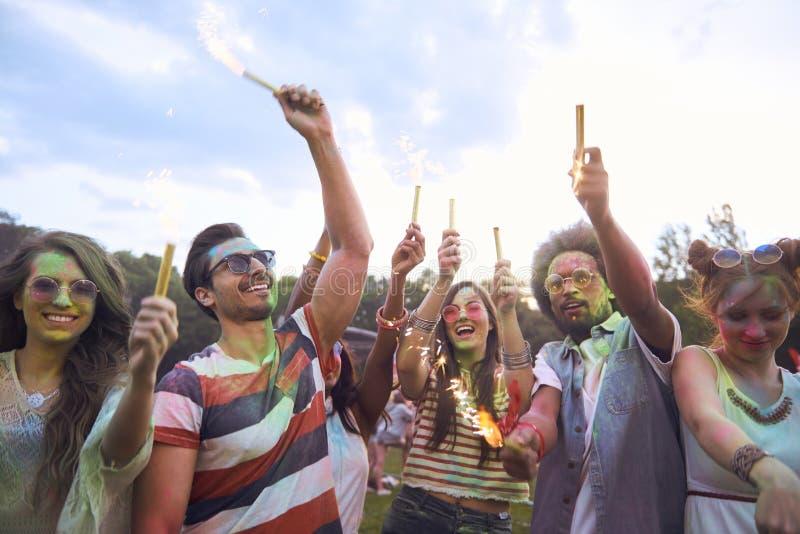 Молодые люди веселя и охлаждая снаружи стоковое изображение rf