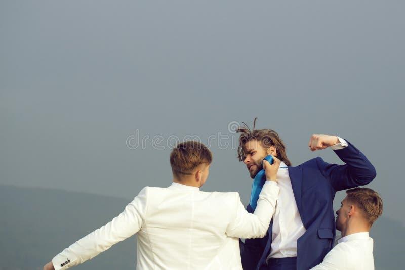 молодые люди воюя в природе на предпосылке голубого неба стоковые фотографии rf