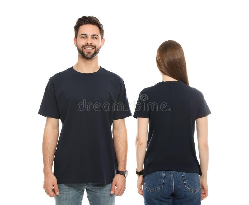 Молодые люди в футболках на белой предпосылке стоковые изображения rf