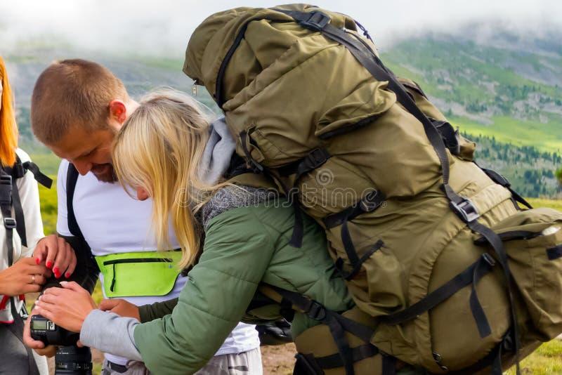 3 молодые люди друзей туристов молодой человек и 2 девушки стоковое изображение rf