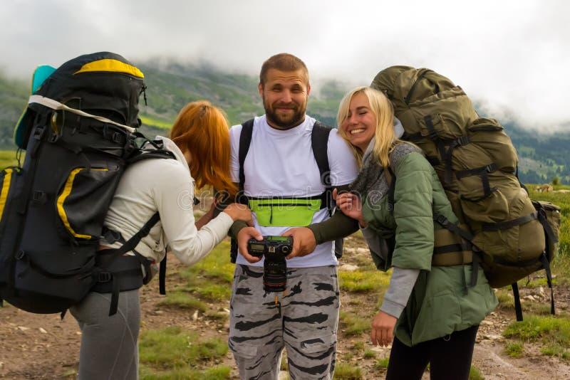 3 молодые люди друзей туристов парень и 2 девушки белокурых стоковые изображения