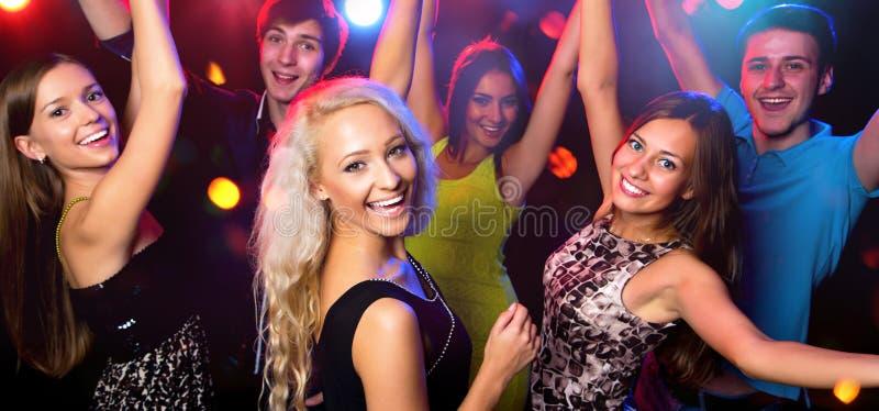 Молодые люди на партии стоковые фотографии rf