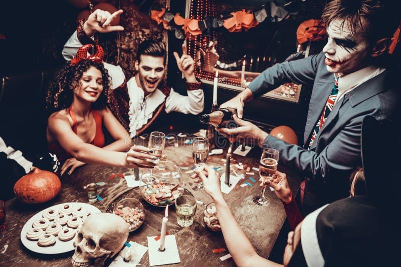 Молодые люди нося костюмы выпивая Шампань стоковое изображение rf