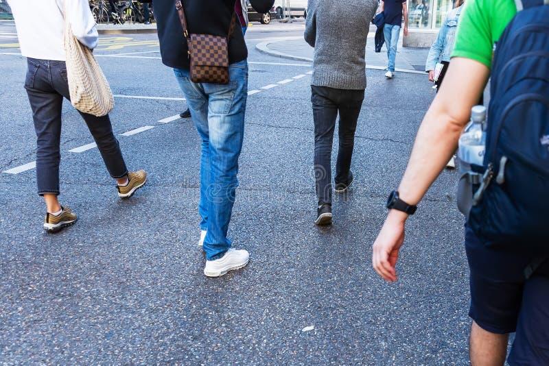 Молодые люди пересекая улицу в городе в нерезкости движения стоковые изображения