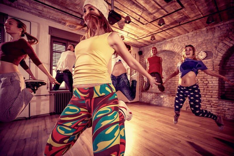 Молодые люди практикуя танцевать стоковые фотографии rf