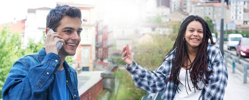 Молодые люди с мобильными телефонами стоковые изображения rf
