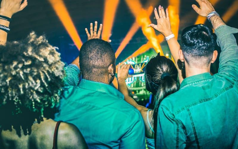 Молодые люди танцуя на ночном клубе - концерте отверстия события фестиваля стоковые фото