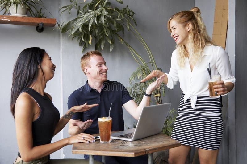 Молодые люди шутя вокруг в кафе стоковое изображение rf