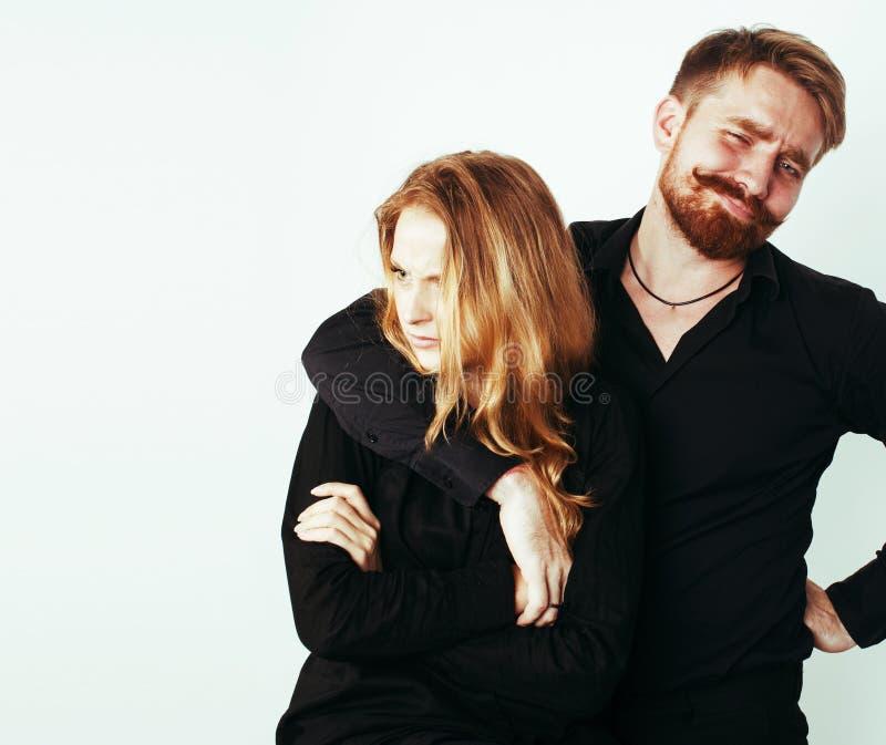 Молодые милые пары в huggings влюбленности изолированные на белом backgroun стоковые фото