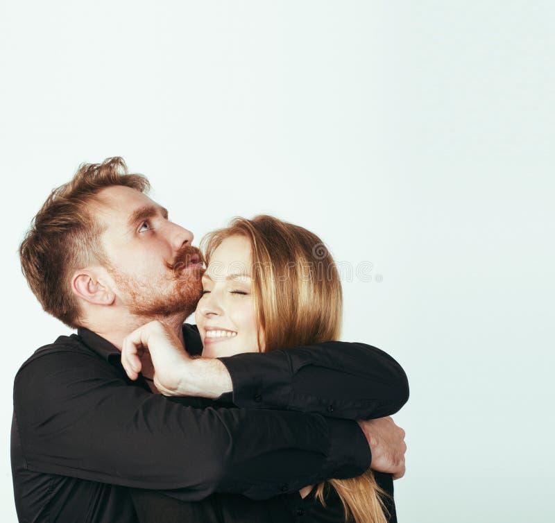 Молодые милые пары в huggings влюбленности изолированные на белом backgroun стоковые изображения rf