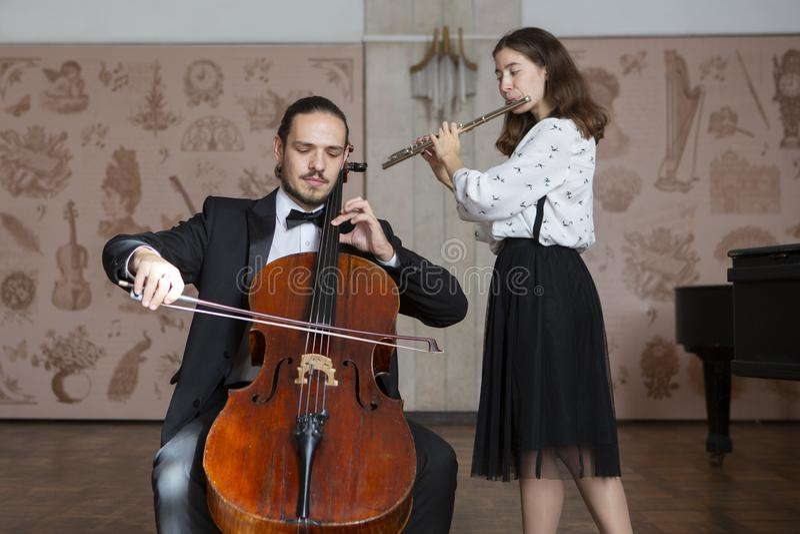 Молодые музыканты дуэта симфонического оркестра стоковые фото