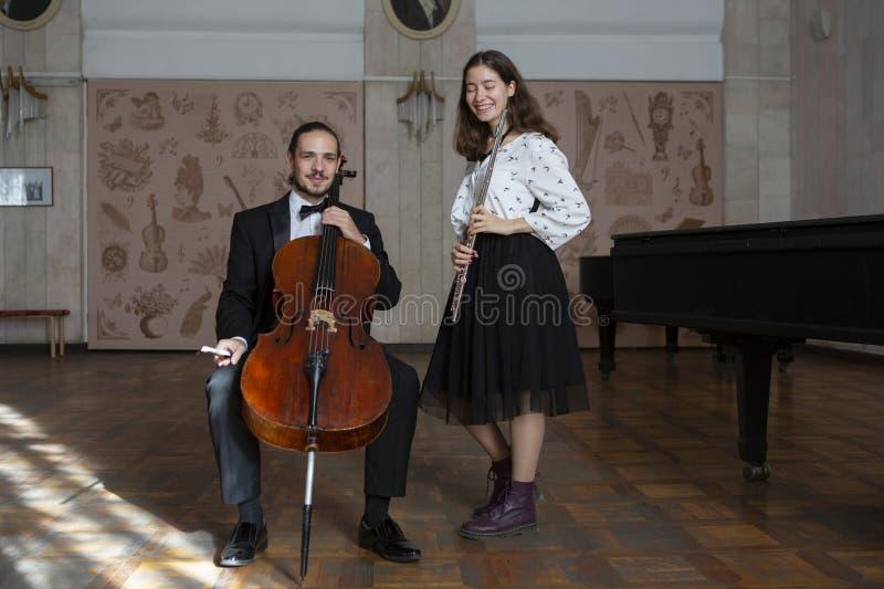 Молодые музыканты дуэта симфонического оркестра стоковые изображения