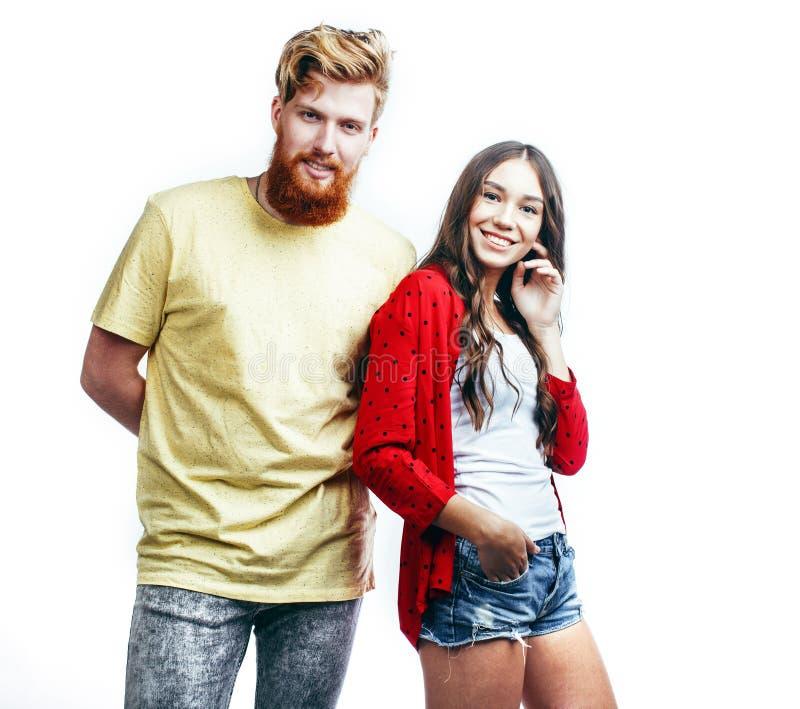 Молодые нежные пары, человек и женщина в любов изолированные на белом, околпачивающ вокруг реальное современное замужество хипсте стоковые изображения rf