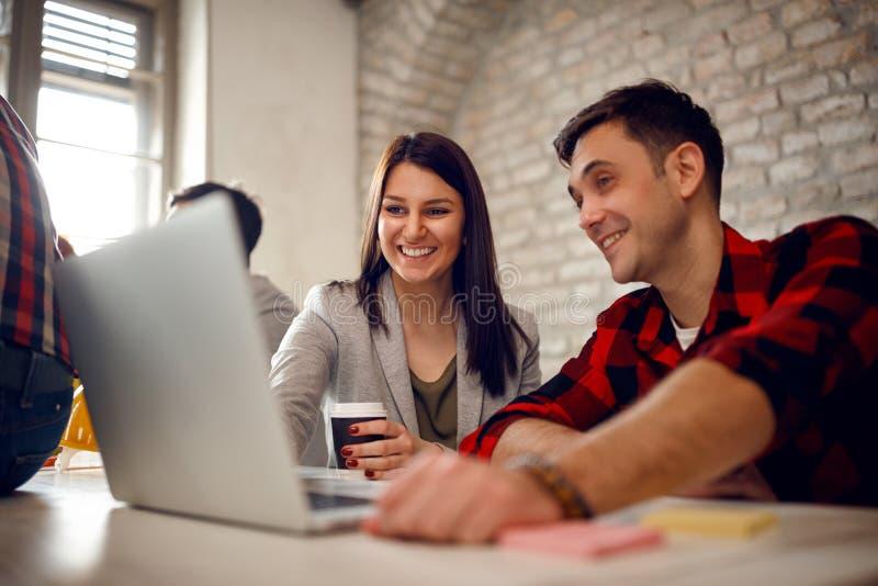 Молодые пары архитектора работая поздно на компьютере стоковые фото