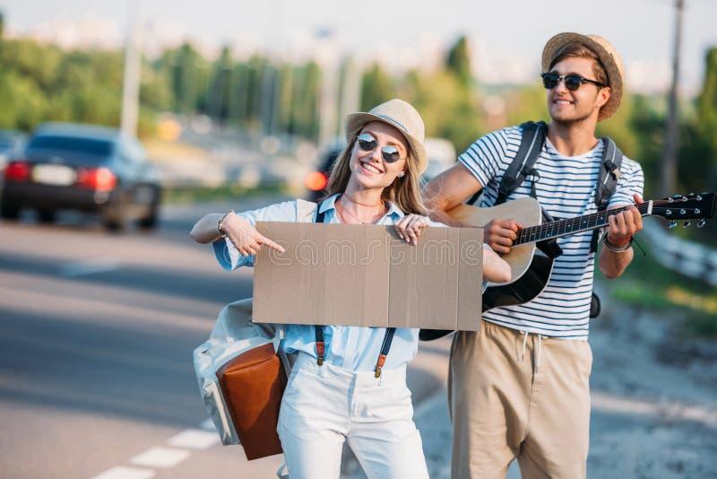 молодые пары влюбленн в пустой картон путешествовать пока стоковое изображение rf