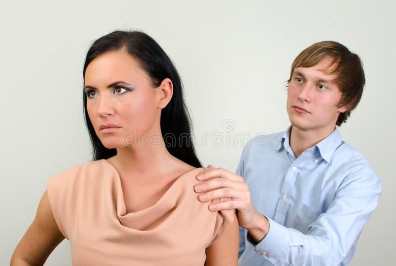 Молодые пары враждуя. стоковые фото