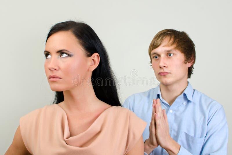 Молодые пары враждуя. стоковая фотография rf