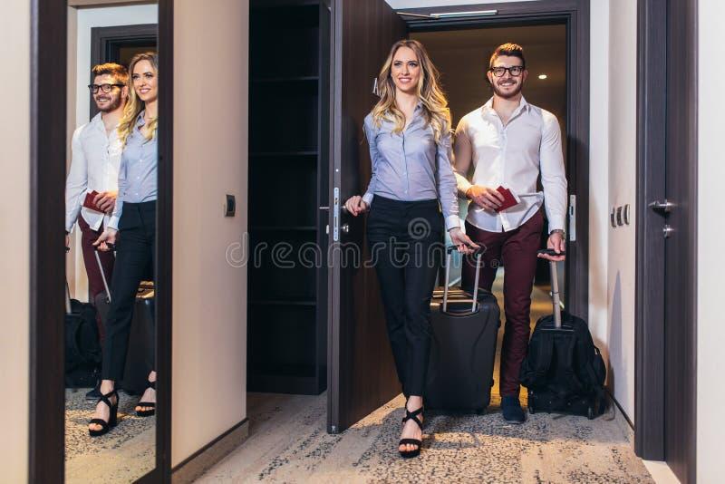 Молодые пары входя в гостиничный номер совместно стоковая фотография