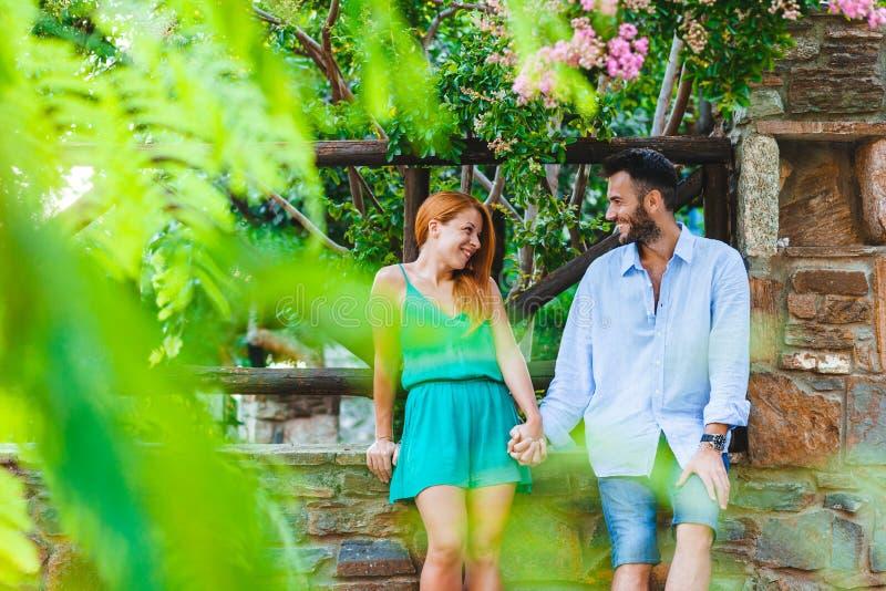 Молодые пары в влюбленности наслаждаясь их медовым месяцем стоковая фотография