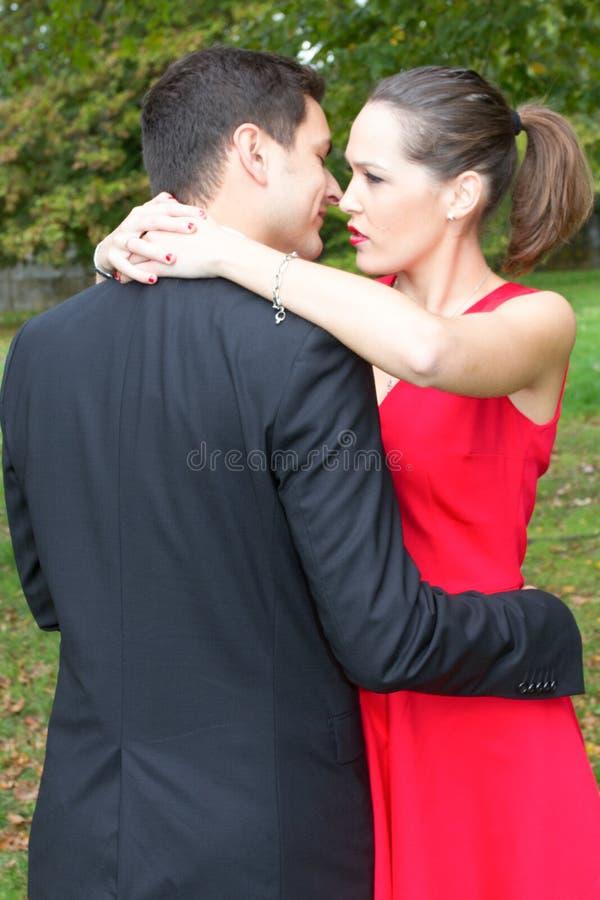 молодые пары в влюбленности представляя outdoors одели в классических одеждах элегантных стоковое изображение rf