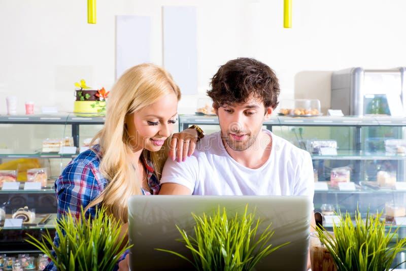 Молодые пары в кофейне стоковые фото