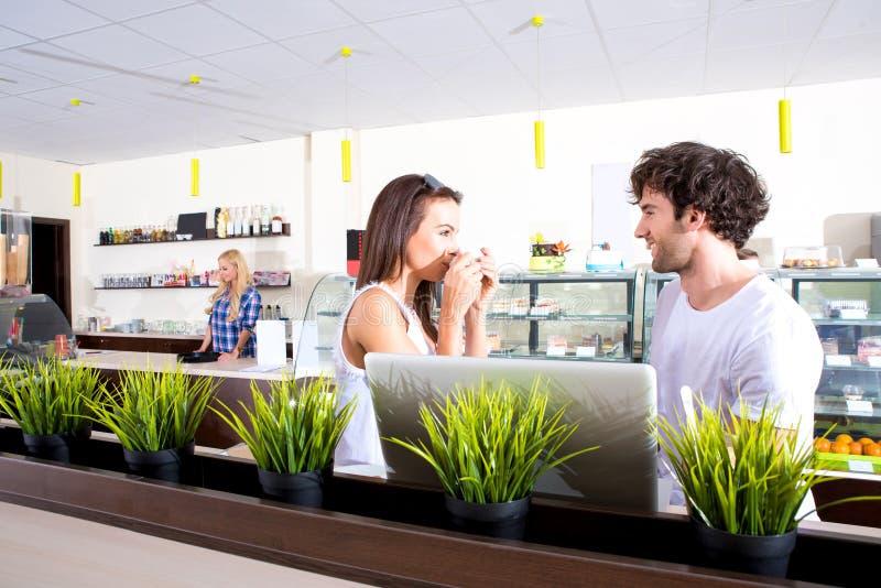 Молодые пары в кофейне стоковое изображение rf