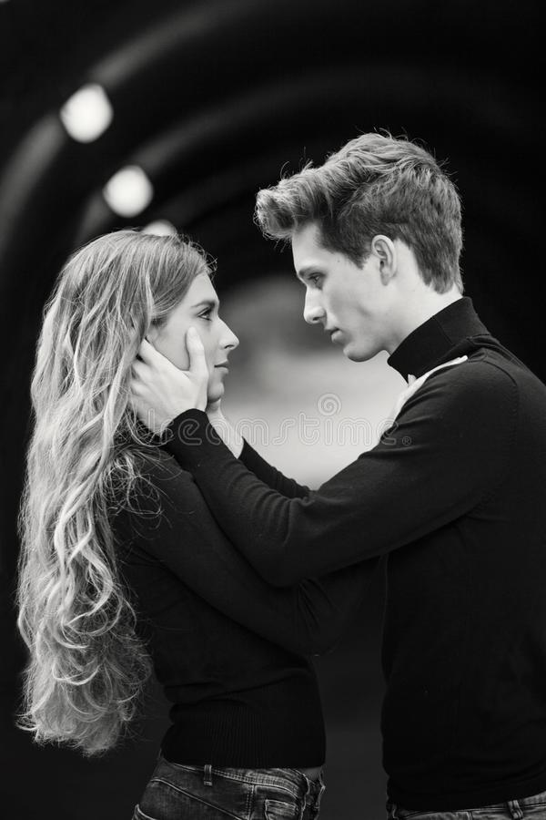 Молодые пары в любов показывая привязанность стоковая фотография