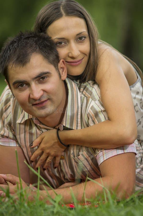 Молодые пары в парке стоковая фотография rf