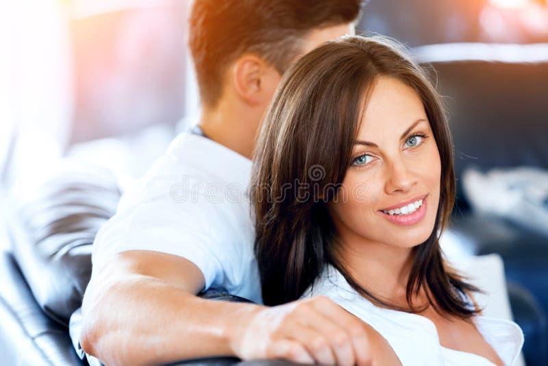 Молодые пары говоря пока сидящ дома стоковые изображения rf