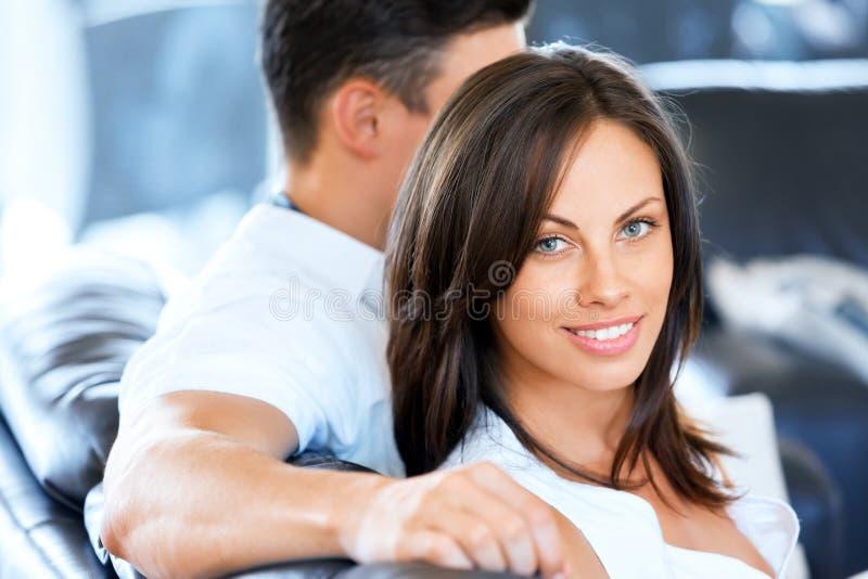Молодые пары говоря пока сидящ дома стоковые фотографии rf