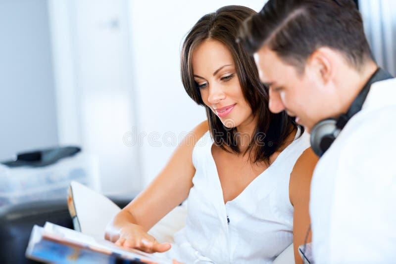 Молодые пары говоря пока сидящ дома стоковые изображения