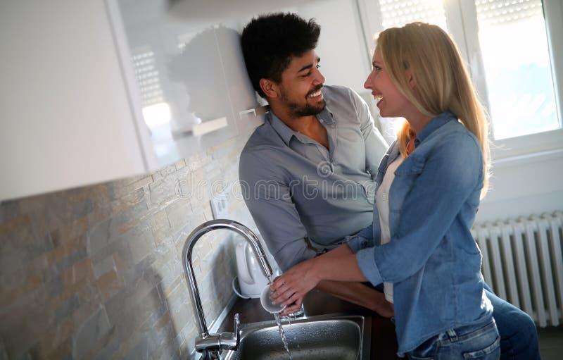 Молодые пары делая блюда в кухне стоковое фото rf