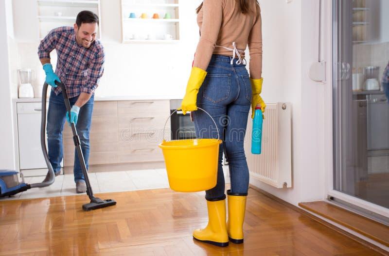 Молодые пары делая работы по дому совместно стоковое изображение rf