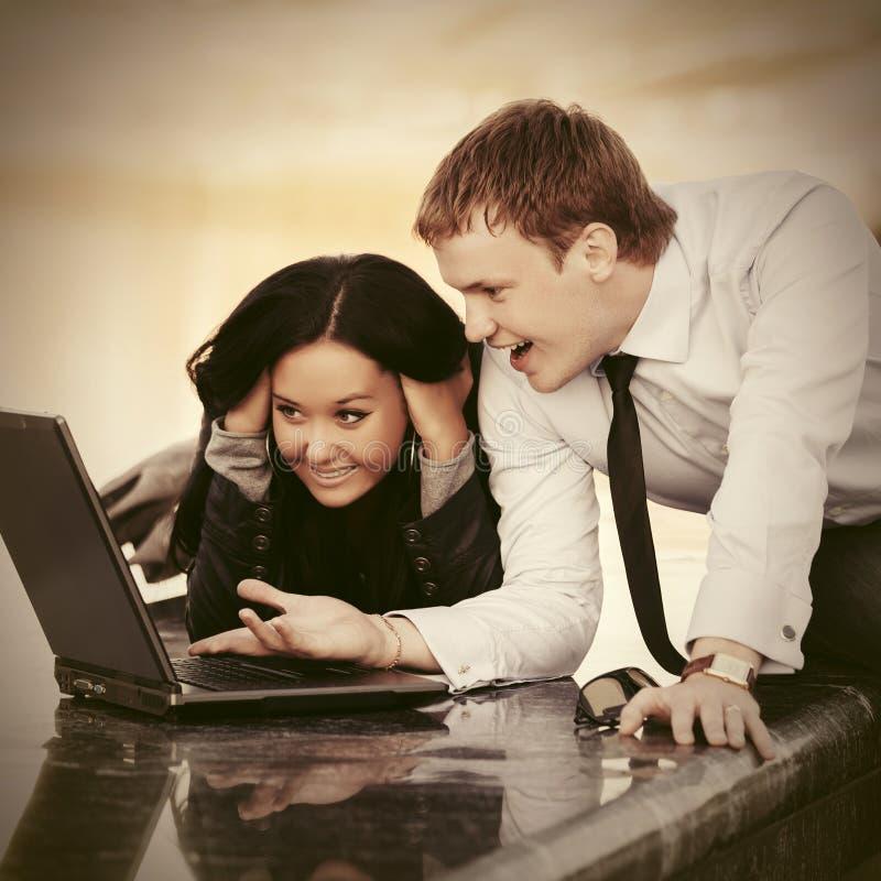 Молодые пары дела используя ноутбук на открытом воздухе стоковое изображение rf