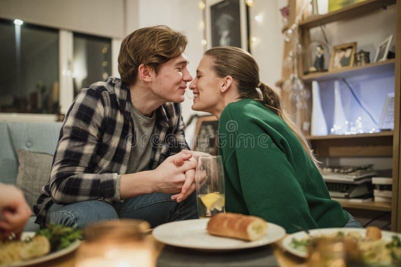 Молодые пары деля спагетти стоковые фото