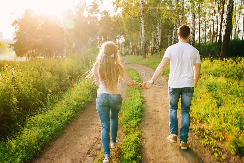 Молодые пары идя счастливо лесом стоковая фотография rf
