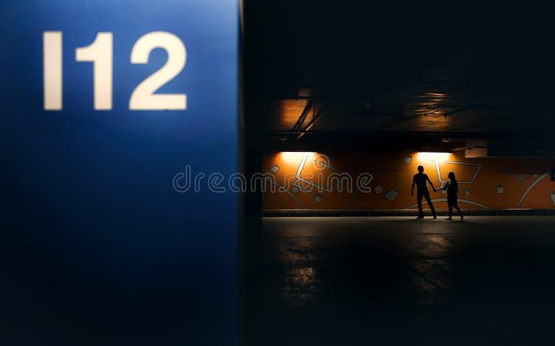 Молодые пары идя через гараж стоковые фотографии rf