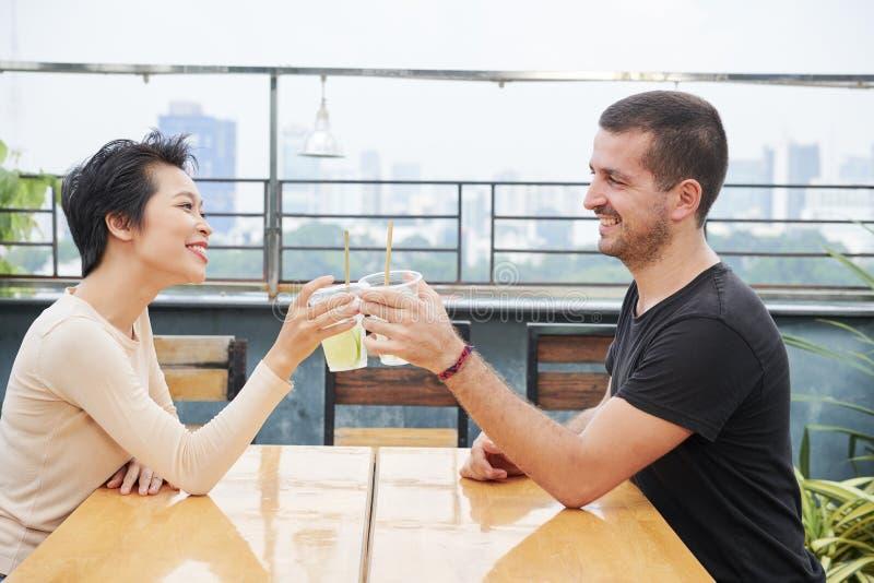 Молодые пары имеют датировка в кафе стоковое фото