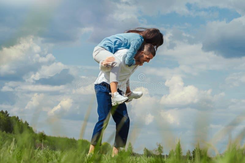 Молодые пары имея outdoors потехи на солнечном летнем дне стоковые изображения