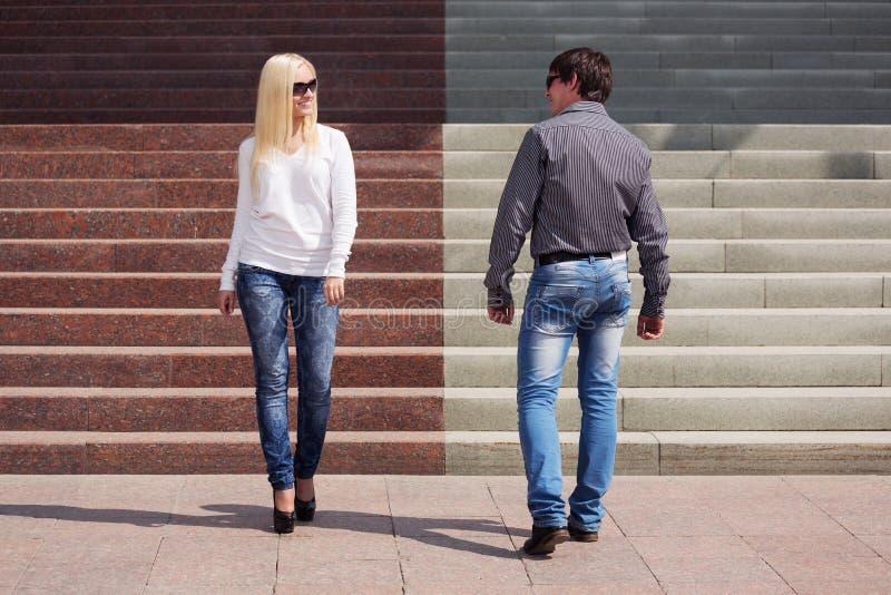Молодые пары моды flirting на улице города стоковые изображения rf