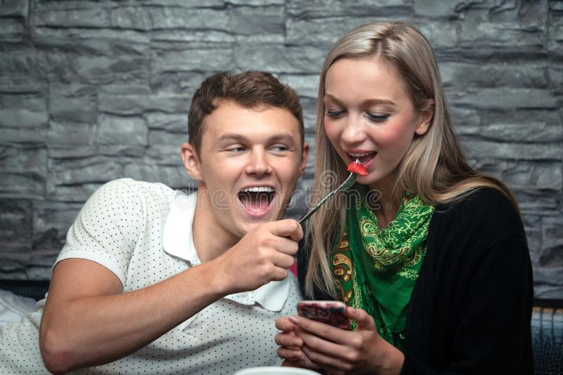 Молодые пары наслаждаются съесть салат стоковая фотография rf