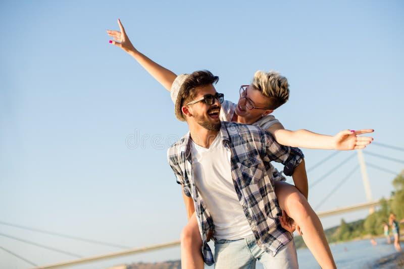 Молодые пары наслаждаясь их летними каникулами на пляже стоковые фотографии rf