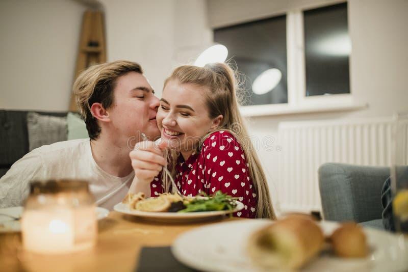 Молодые пары наслаждаясь романтичным обедающим стоковые изображения rf