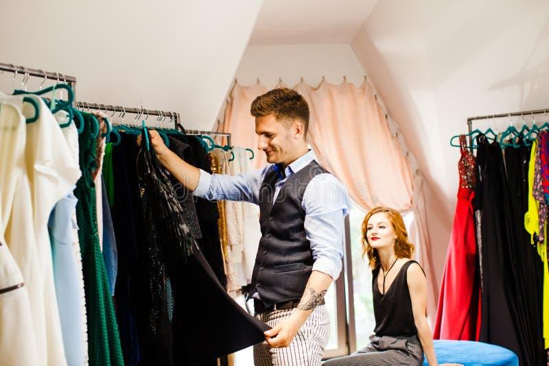 Молодые пары на магазине одежды стоковые фотографии rf