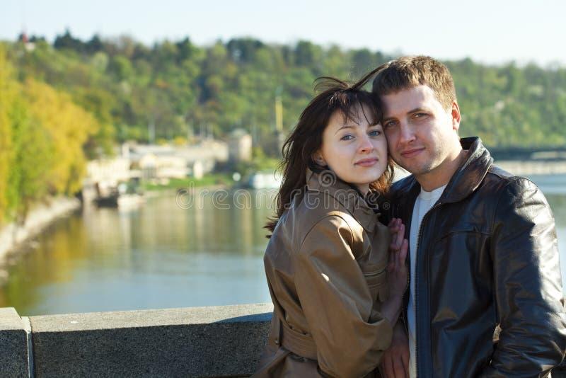 Молодые пары на мосте стоковое изображение rf