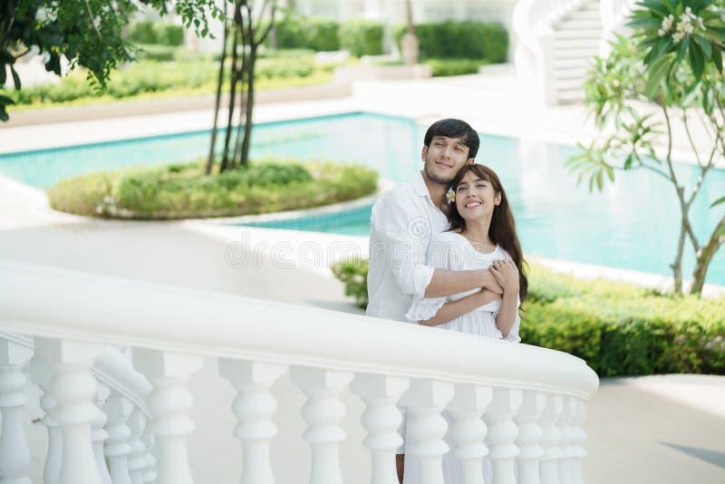 Молодые пары обнимая на лестницах стоковые изображения rf